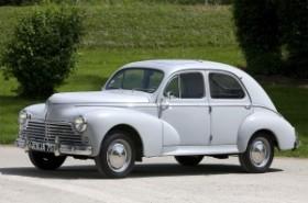 Arrivée du bébé à la maison dans une voiture du genre, Peugeot 203