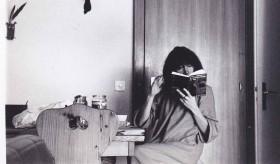 Brigitte Fontaine au petit dej' lit Gaston Bachelard