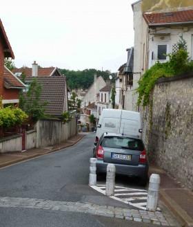 Le toit du pavillon, à gauche, dont le grenier donnait dans cette rue