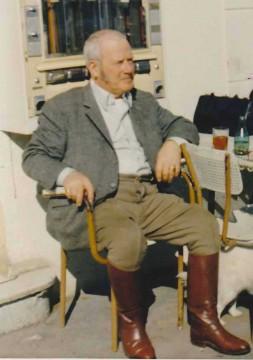 Stanislas de Lipowski, tel qu'il apparût à ma mère la première fois, veste tweed, pantalon et botte d'équitation, manque juste ici son monocle...
