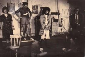La troupe du Vrai Chic Parisien en 1976, Patrick Font, Patrick Siniavine, Moi (en Corneille, la perruque me va bien), Philippe Val, Eliceda Castro, Nadine Mons.