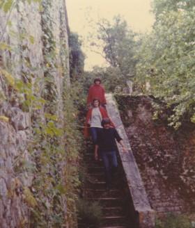 Le jardin de sa maison de Château-Landon, avec le mur sur la ruelle... Derrière Maurice, ma compagne Viviane, et Malène, la compagne de Maurice durant 18 ans