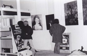 Camouflée sous son bonnet, Isabelle Plume à l'entrée de la Murisserie ; aux murs, les peintures d'Aline Chertier, compagne d'Alain Meilland