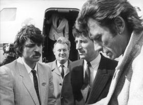 2e visite de Jack Lang en 1985, avec Johnny Hallyday au pied de l'avion (photo Émile Sineau)