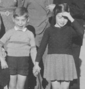 Un peu plus tard, Serge de Lipowski, grimaçant, et Monique de Lipowski, soleil dans les yeux