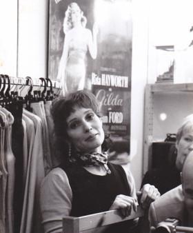 """La mère du délinquant dans son magasin """"Cinecitta"""""""